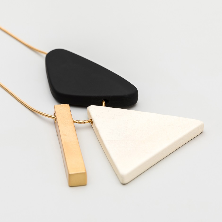 Colgante triángulo blanco
