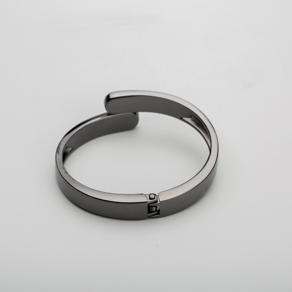 Brazalete curvo negro