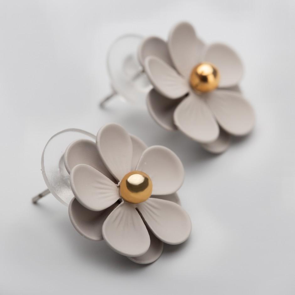 Pendiente flor gris