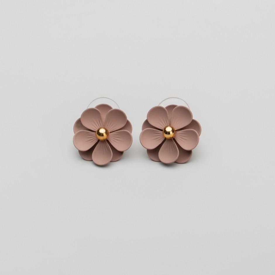 Pendiente flor marrón