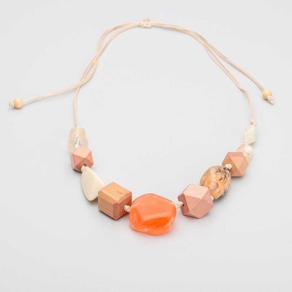 Collar naranja y madera
